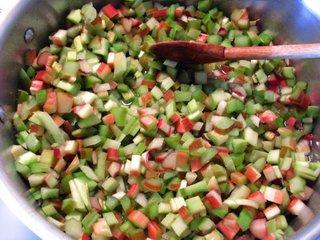 Rhubarbe découpée en dés pour la cuisine