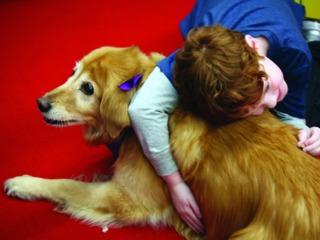 Complicité entre un chien et un enfant