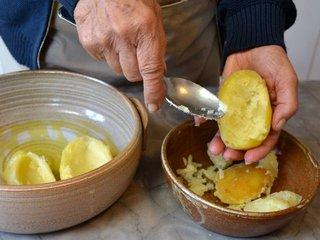 Evider les pommes de terre cuites / I.G.
