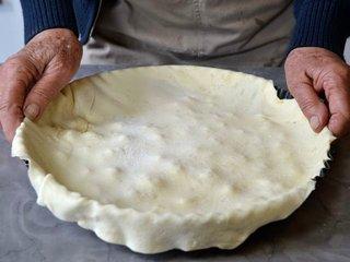 Recouvrement du plat avec la pâte à tarte / I.G.