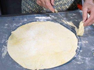 Découpe d'un rond de pâte / I.G.