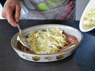Disposition du mélange sur la pancetta / I.G.