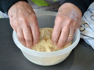 Préparation du crumble du bout des doigts / I.G.