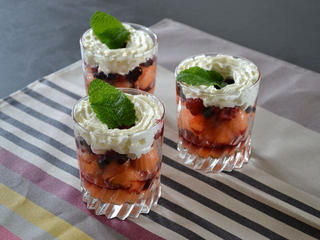 Coupes melon-fruits rouges / I.G.