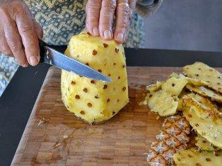 On pèle l'ananas / I.G.
