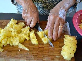 Découpe de l'ananas en morceaux / I.G.