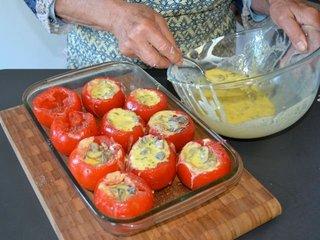 Remplissage des tomates avant cuisson / I.G.