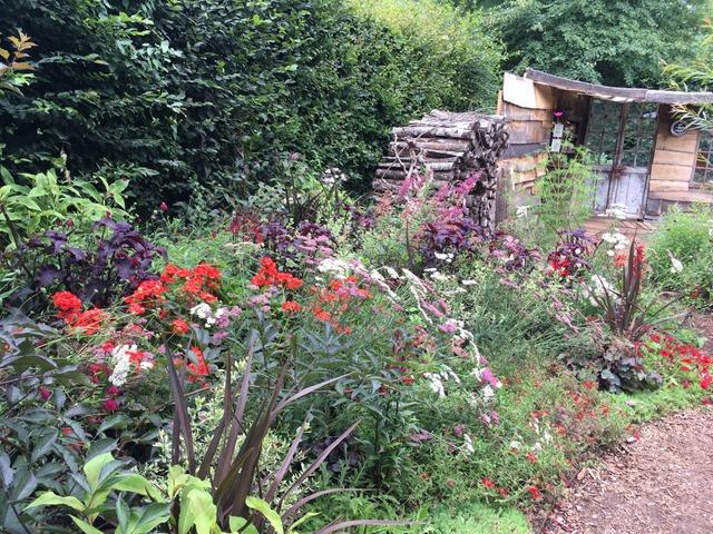 Cabane de jardin, vieux tas de bois, couleurs inquiétantes  (Festival des Jardins de Chaumont-sur-Loire 2017)