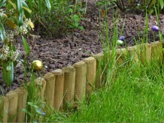 Bordure en rondins plantés verticalement