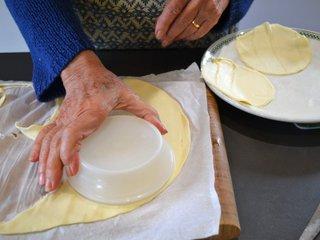 Découpe des ronds de pâte / I.G.
