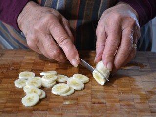 Découpe de la banane en tranches / I.G.